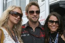 图文:[F1]英国大奖赛美女 巴顿左搂右抱
