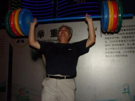 伊利奥运健康中国行长沙现场 老人举重