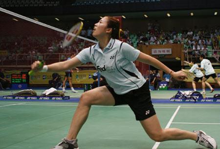 图文:大师杯混双比赛 高崚比赛中网前救险