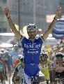 图文:2007环法第六赛段赛况 挥臂欢呼