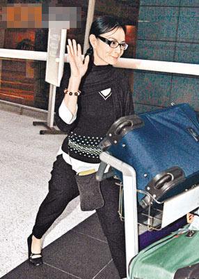 态度从容的李赛凤自称无家可归,故暂时返港。