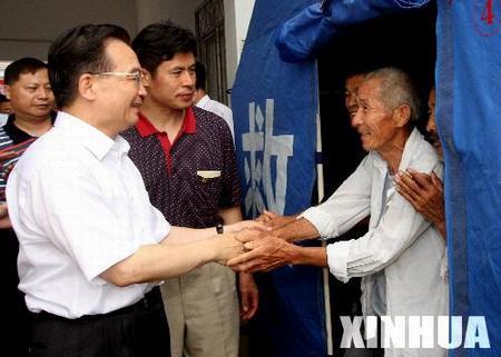 温家宝在临泉县迎仙镇移民安置点看望受灾群众