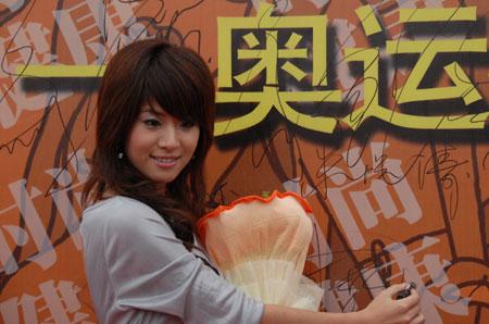 图文:2007相约奥运扬帆海上  型秀美女魏佳庆