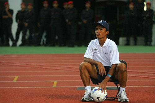 图文:[亚洲杯]乌兹别克5-0大马 场边球童