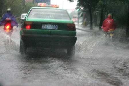 暴雨造成白马路部分路段积水。