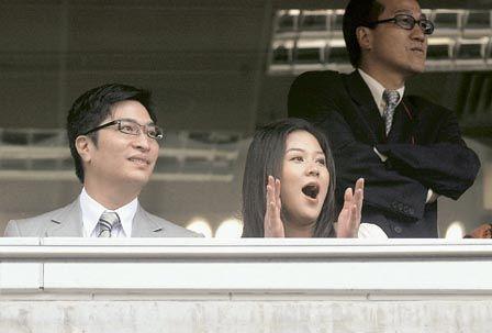 徐子淇日前挺着大肚子和老公李家诚一起去看球赛