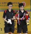图文:印尼组合击败中国女双夺冠  端详冠军奖杯
