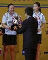 图文:印尼组合击败中国女双夺冠  颁奖瞬间