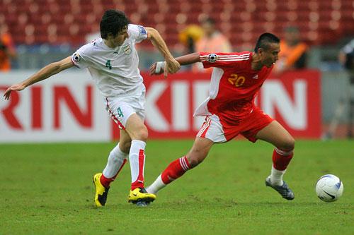 图文:[亚洲杯]中国VS伊朗 毛剑卿突破迅猛