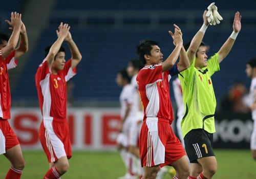 图文:[亚洲杯]中国2-2伊朗 感谢球迷助威