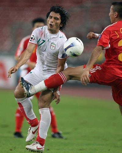 图文:[亚洲杯]中国2-2伊朗 毛剑卿飞腿阻截