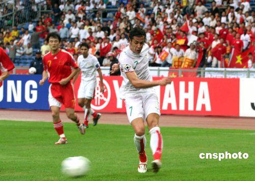 图:亚洲杯足球赛中国对阵伊朗2比2握手言和