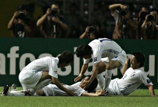图文:[亚洲杯]韩国1-2巴林 金东炫倒地庆祝