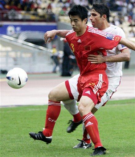 图文:[亚洲杯]中国2-2伊朗 孙祥背身护球