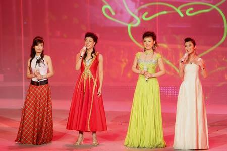 图文:第五届奥林匹克文化节落幕 主持人在台上