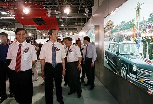 吉林省省长韩长赋(左二)一汽集团总经理竺延风(左一)参观汽车博物馆