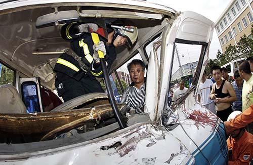客车司机被卡在车内,消防官兵积极营救