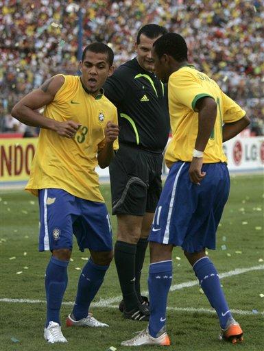 图文:[美洲杯]阿根廷0-3巴西 裁判也爱看桑巴