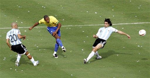 图文:[美洲杯]阿根廷VS巴西 巴普射远角瞬间
