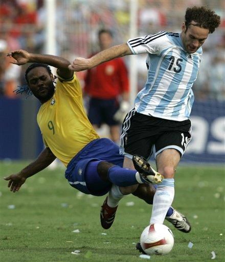 图文:[美洲杯]阿根廷VS巴西 米利托带球突破