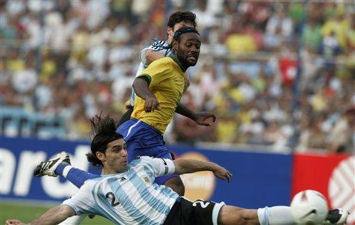 图文:[美洲杯]阿根廷VS巴西 阿亚拉乌龙瞬间