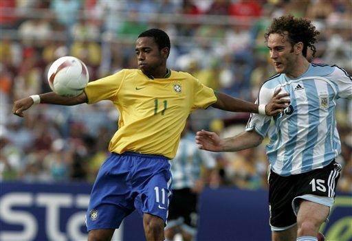 图文:[美洲杯]阿根廷VS巴西 米利托紧盯罗比