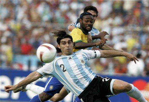 图文:[美洲杯]阿根廷VS巴西 阿亚拉慌忙解围