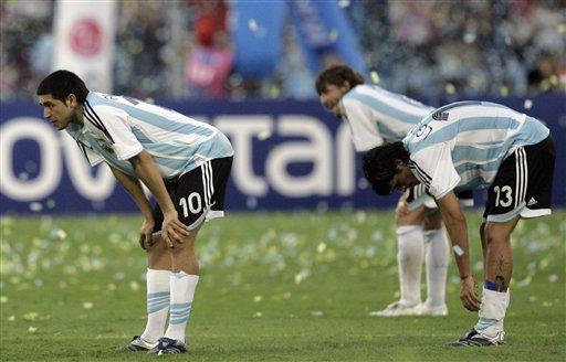 图文:[美洲杯]阿根廷0-3巴西 阿根廷集体