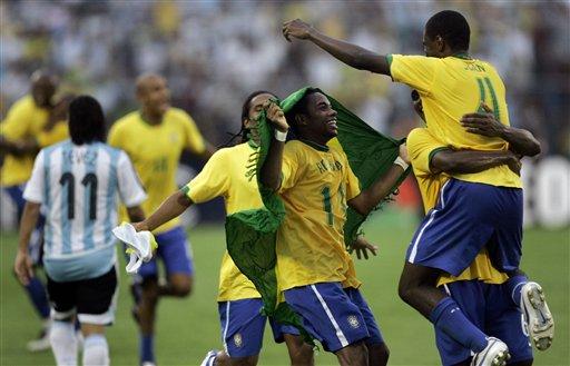 图文:[美洲杯]阿根廷0-3巴西 少年英雄披国旗