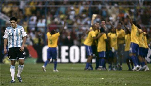图文:[美洲杯]阿根廷0-3巴西 巴西狂欢罗米落寞