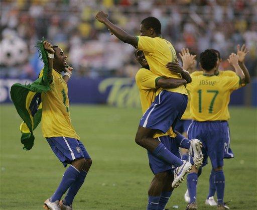图文:[美洲杯]阿根廷0-3巴西 巴西疯狂庆祝