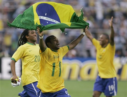图文:[美洲杯]阿根廷0-3巴西 罗比尼奥反穿衣
