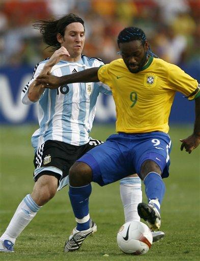 图文:[美洲杯]阿根廷0-3巴西 梅西都疯狂防守了