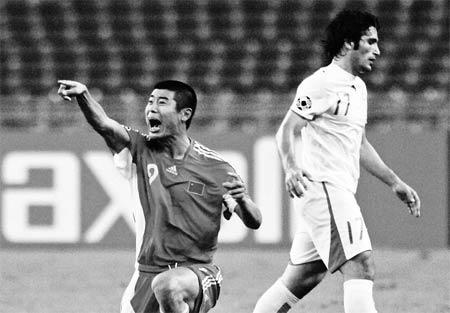 """亚洲杯中国2:2伊朗,领先的局面下痛失好局,延续了""""恐伊症"""",韩鹏(左)着急了 新华社发"""