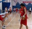 图文:[女篮]女篮北京训练 练习前要热身