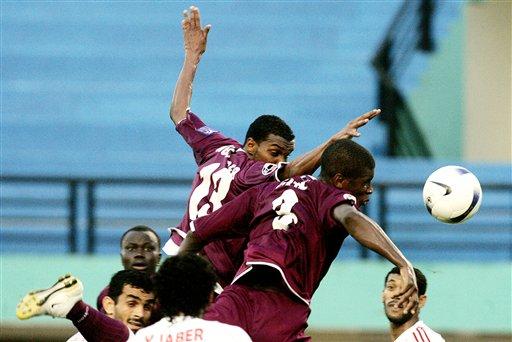 图文:[亚洲杯]卡塔尔VS阿联酋 争顶人仰马翻