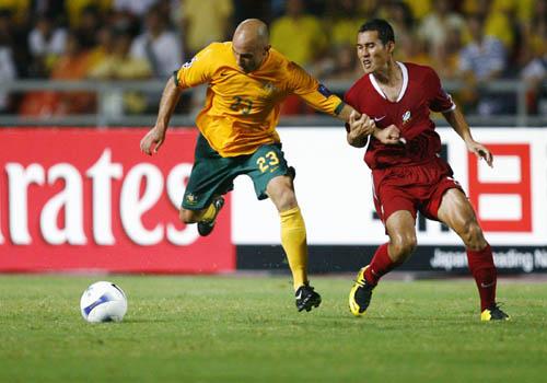 图文:[亚洲杯]泰国VS澳洲 布雷西亚诺突破