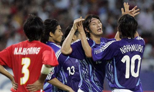 图文:[亚洲杯]越南1-4日本 两大功臣拥抱