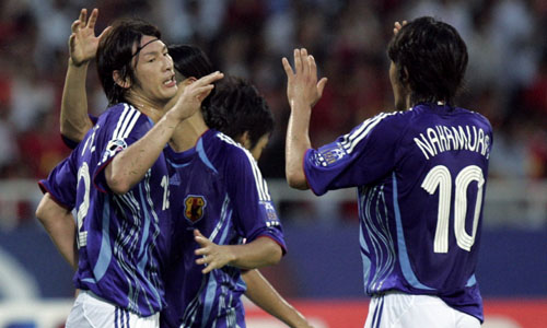 图文:[亚洲杯]越南1-4日本 全队庆祝出线