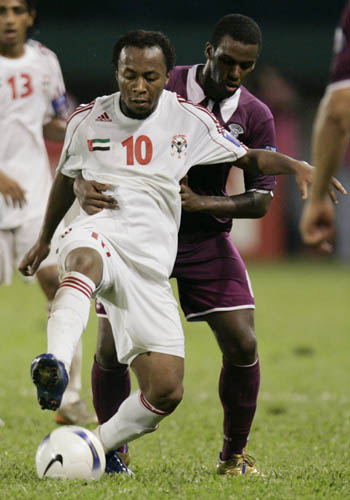图文:[亚洲杯]卡塔尔1-2阿联酋 马塔尔背身拿球