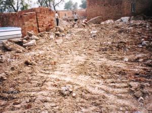 观测台废墟上留下了明显的施工车痕迹。(资料图片)中国地震局供图