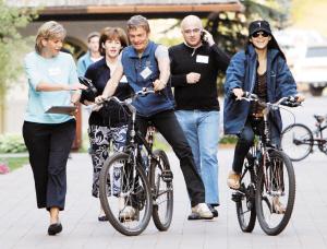 章子怡(右一)与男友Vivi Nevo(中)骑车前往会场,陪同在旁的可是雅虎的新任总裁苏珊·德克尔(左一)。
