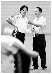 国队主教练朱广沪(左)和中国足协副主席谢亚龙在训练场上交谈。新华社记者郭大岳摄
