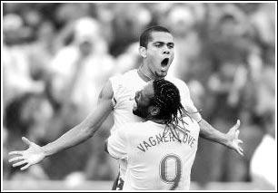 巴西队队员阿尔维斯(上)进球后与队友洛文一同庆祝。新华社记者戚恒摄