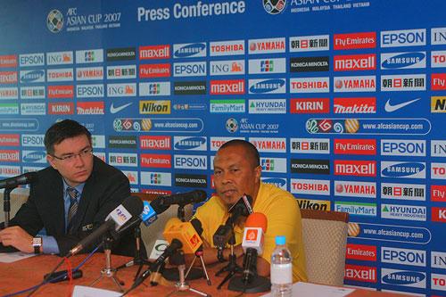 图文:[亚洲杯]大马赛前发布会 巴卡尔接受提问