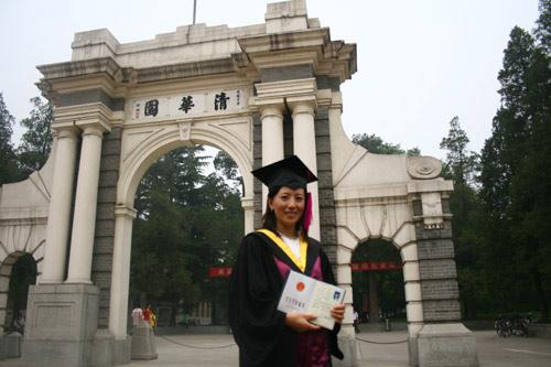 图文:大杨扬清华毕业典礼 在清华园门前留影