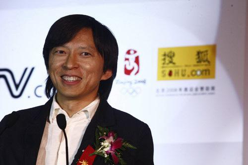 图文:央视国际搜狐签约 张朝阳在签署现场
