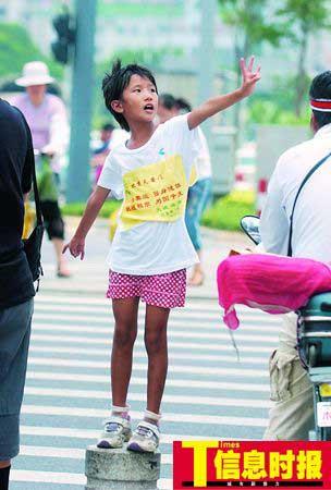 在奔跑的路上,即使是在等红灯的间隙,小慧敏也不忘蹦跳舞蹈一番。