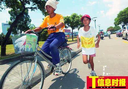 小慧敏在爸爸、哥哥、保姆的包围下,奔跑在从海南到北京的征途中。