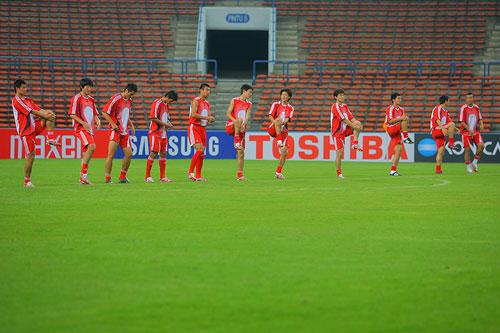 图文:[亚洲杯]国足沙南踩场 高抬腿训练